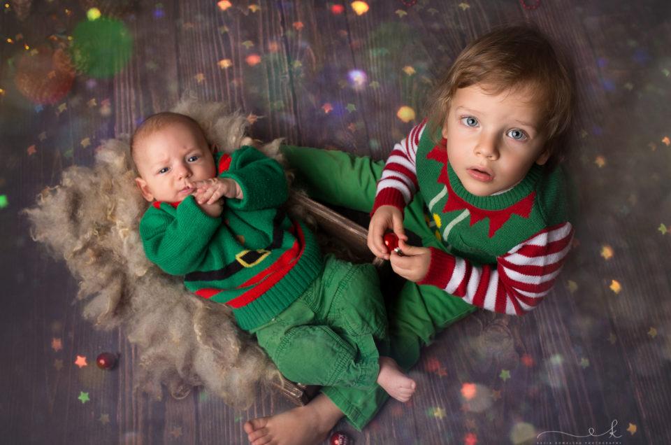 Dwa małe elfy na sesji świątecznej